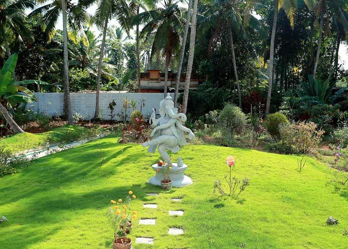 Ganesha tanzt im Garten